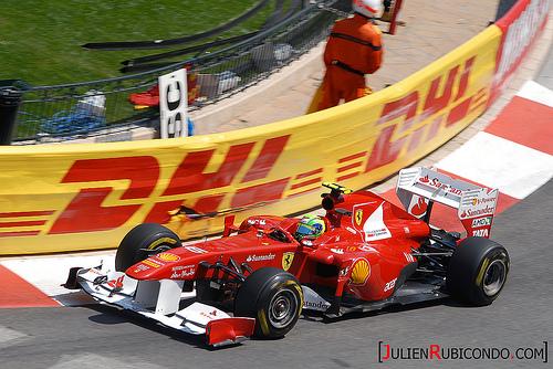 Fernando Alonso trazando una curva con su Ferrari