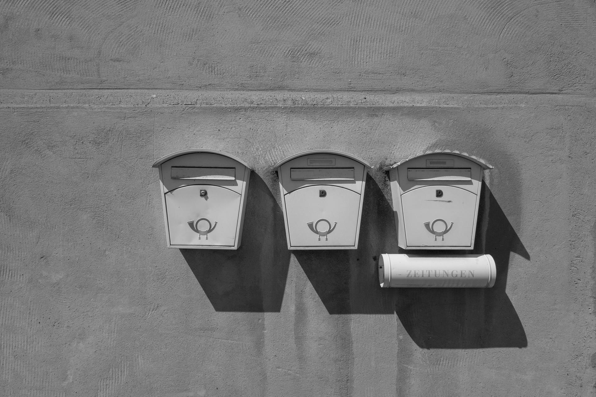 Imagen de unos buzones de correos en serie
