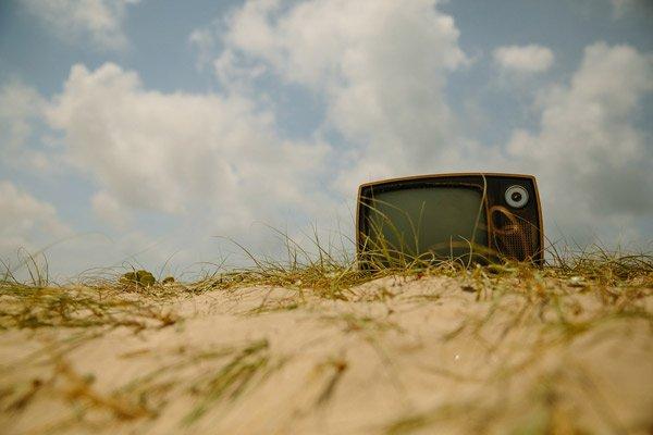 Televisión antigua en una duna
